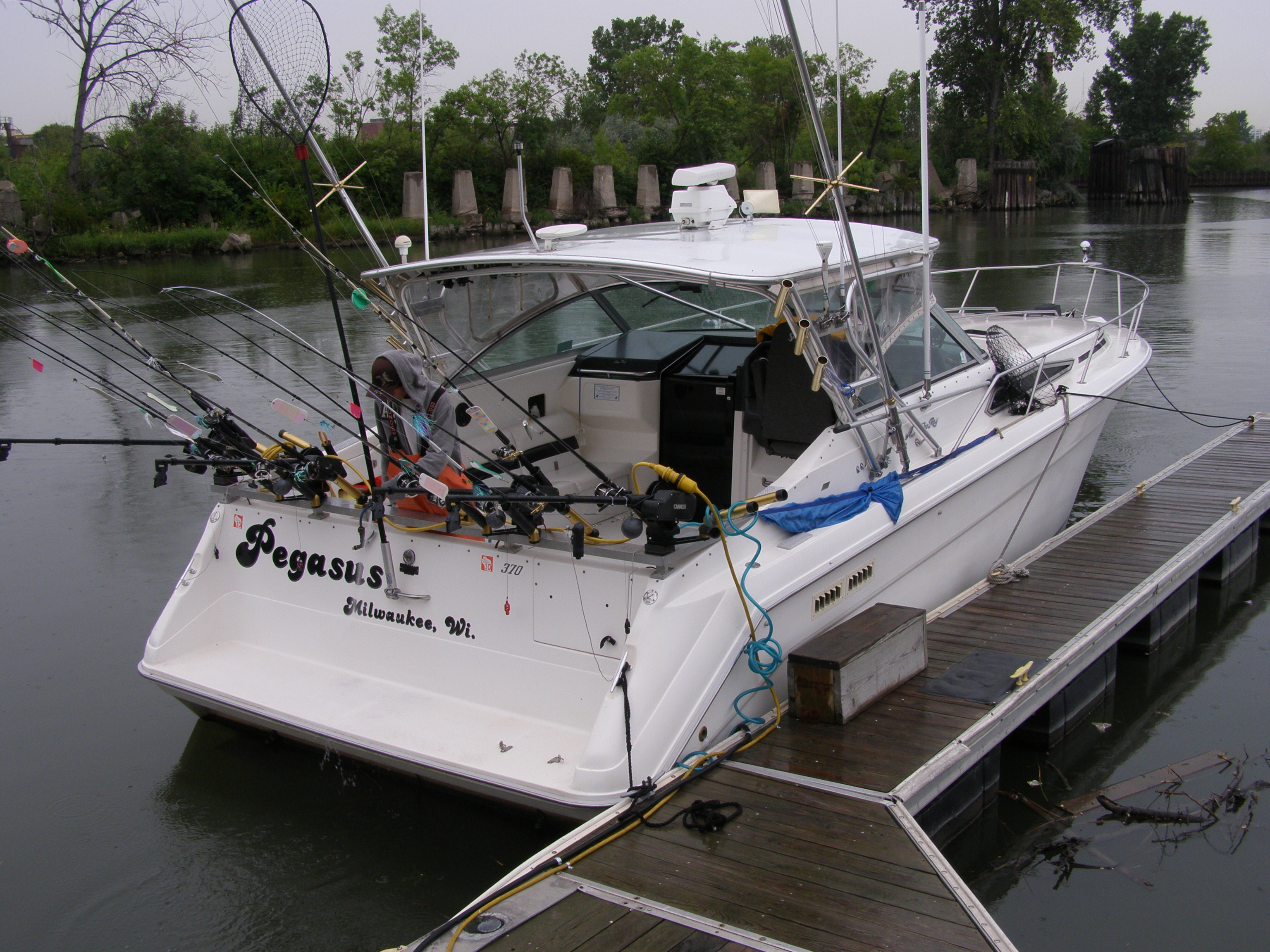 Our boat milwaukee 39 s lake michigan charter fishing boat for Lake michigan fishing charters